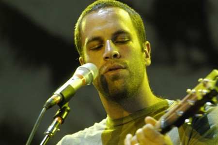 <a href=http://www.silvershots.com/photos/music/jack_johnson.jpg>This is a picture of Jack Johnson</a>